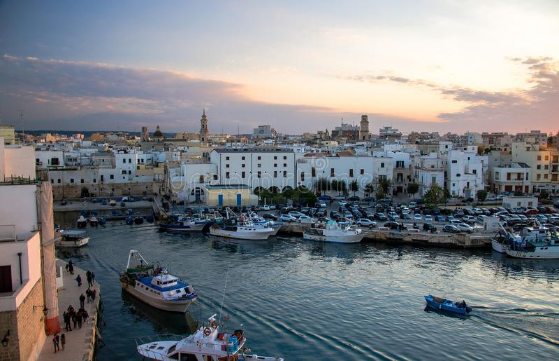 Fartyg i hamn av den Monopoli staden, Puglia Apulia, sydliga Italien arkivfoton