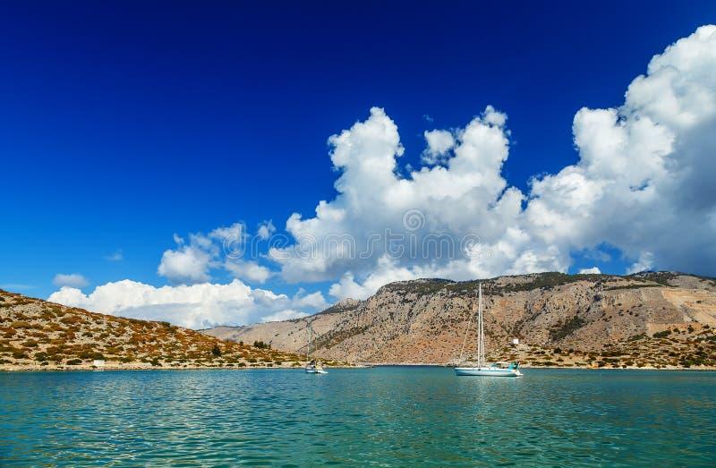 Fartyg i hamn av Panormitis greece ösymi arkivfoto