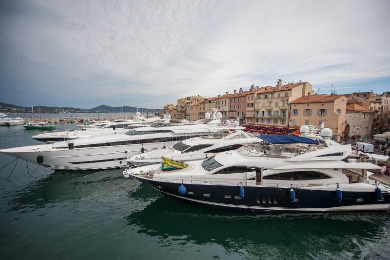Fartyg i hamn i Sanktt-Tropez fotografering för bildbyråer