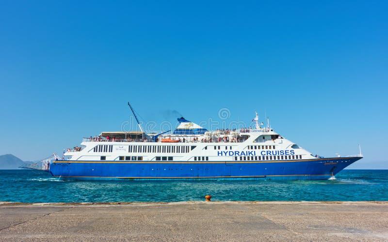 Fartyg i hamnen i Aegina arkivfoto
