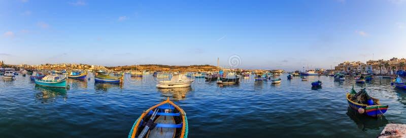 Fartyg i hamnen av Marsaxlokk royaltyfria bilder