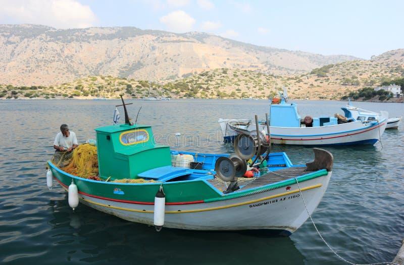 Fartyg i hamnen av Panormitis greece ösymi royaltyfria foton