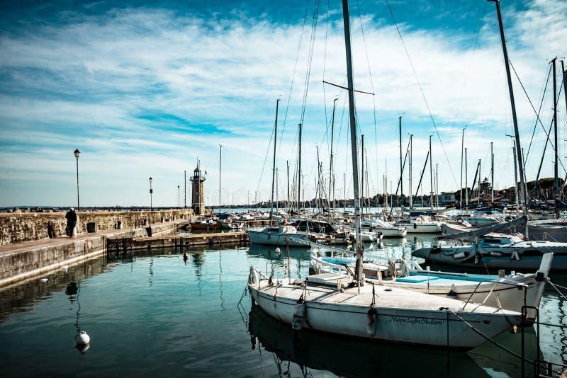 Fartyg i hamnen Desenzano del Garda arkivbilder