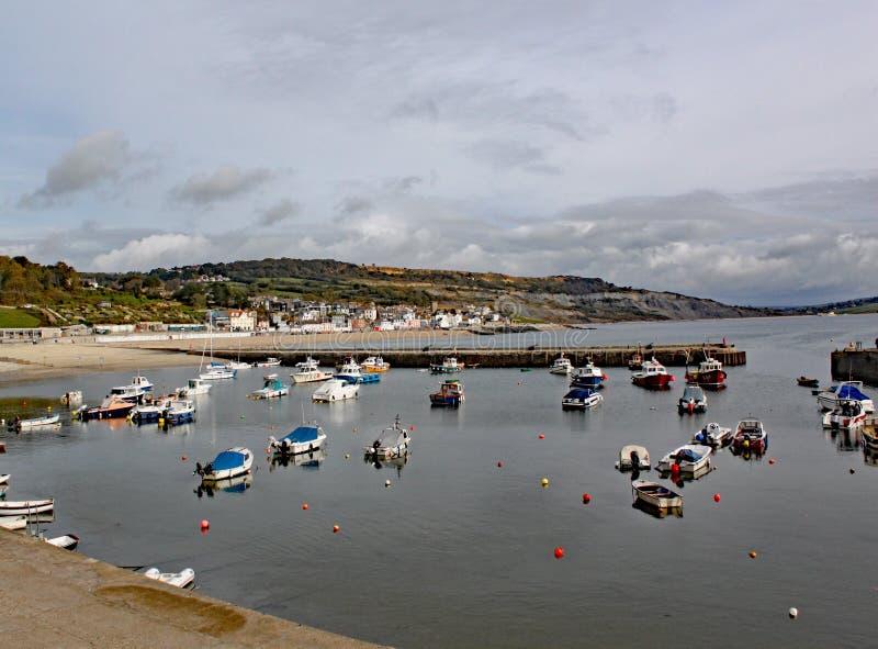 Fartyg i hamnen på Lyme Regis i Dorset, England royaltyfri foto