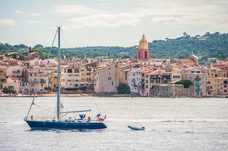 Fartyg i hamnen på Sanktt-Tropez arkivbilder