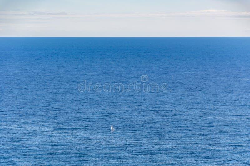 Fartyg i havet av franska Riviera arkivfoto
