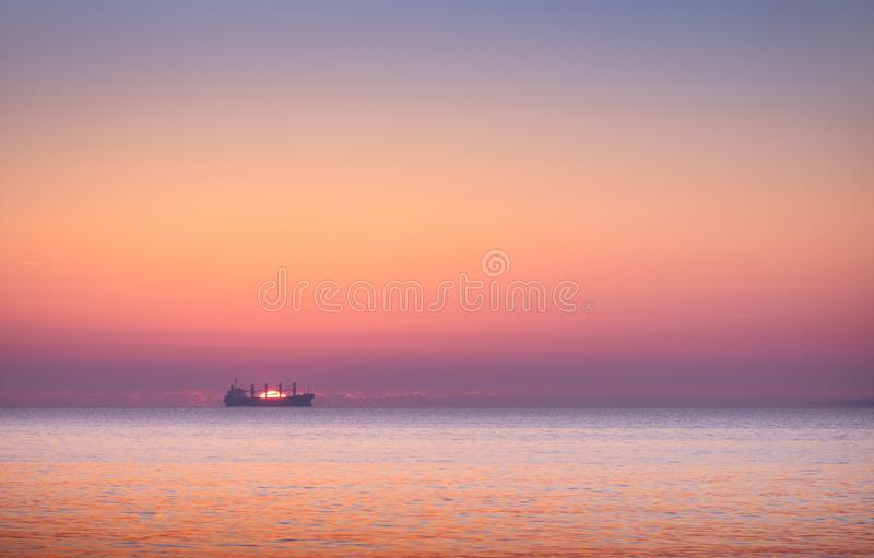 Fartyg i havet på solnedgången royaltyfri bild