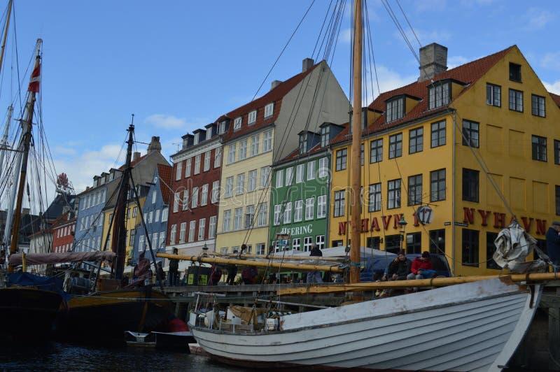 Fartyg i kanal i Köpenhamn arkivfoto
