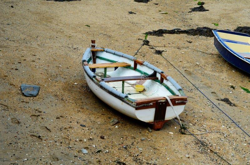 Fartyg i lite hamnen under ett utflöde, lågvattennivå royaltyfri fotografi