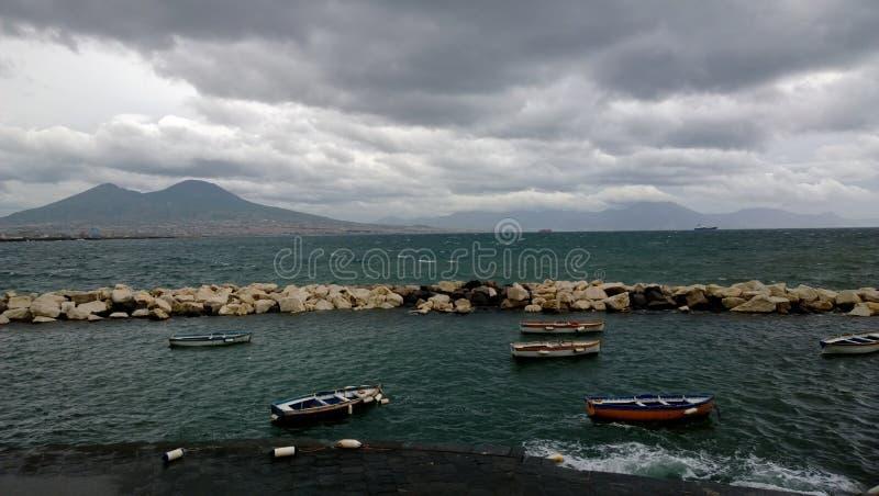 Fartyg i Naples med Vesuvius i bakgrunden royaltyfri fotografi