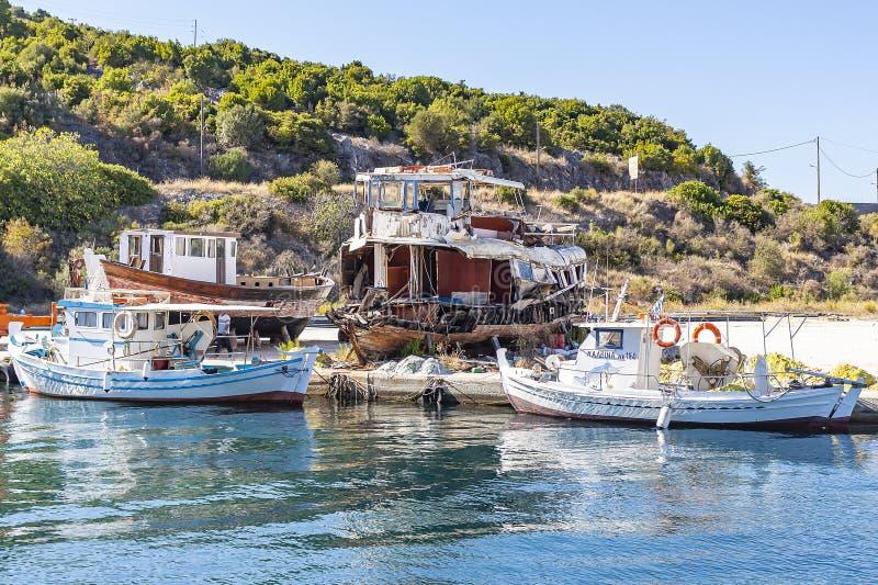 Fartyg i porten av Kassiopi, Korfu ö, Grekland royaltyfri foto