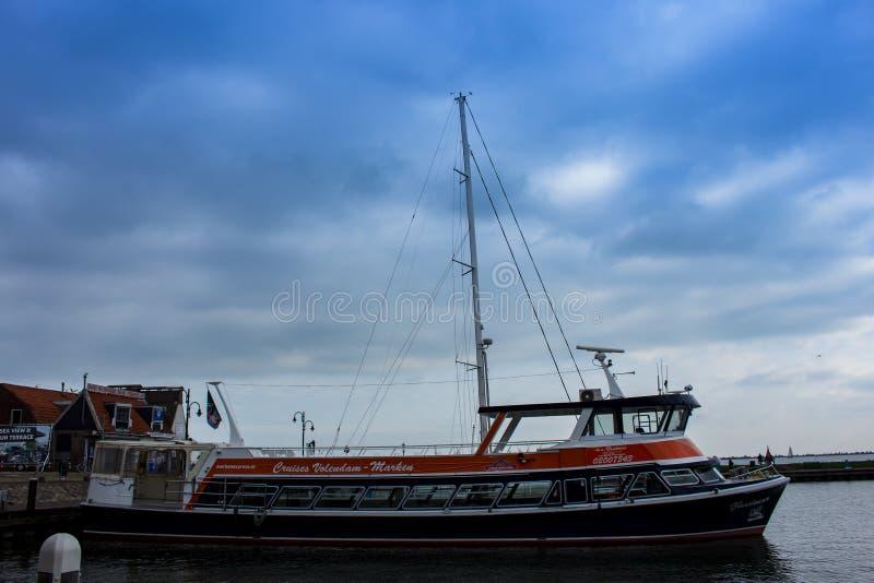 Fartyg i porten av Volendam, Nederländerna royaltyfri bild