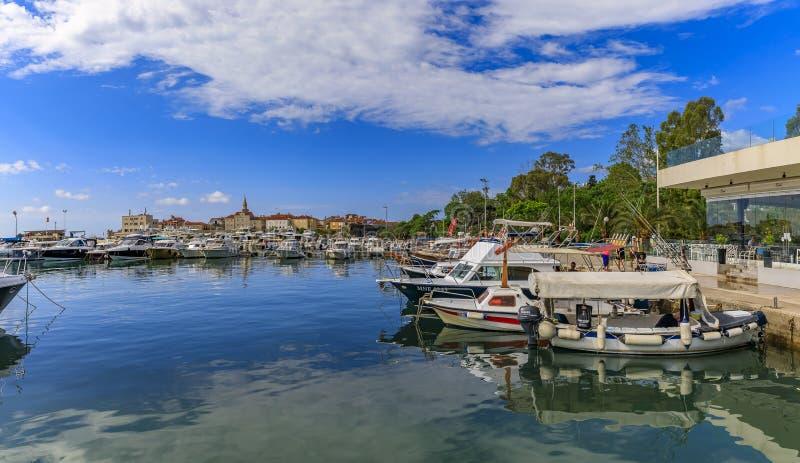 Fartyg i porten och marina vid den gamla staden i Budva Montenegro på Adriatiskt havet royaltyfri foto