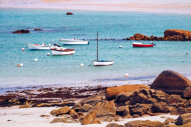 Fartyg i porten på den rosa graniten seglar utmed kusten (skjul de granit ros arkivbild