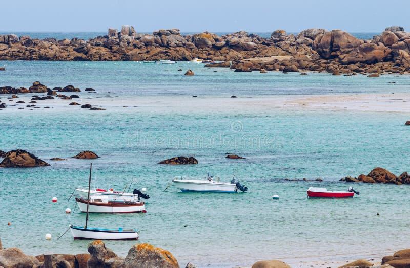 Fartyg i porten på den rosa graniten seglar utmed kusten (skjul de granit ros arkivfoto