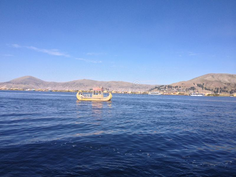 Fartyg i Titicaca sjön arkivfoton