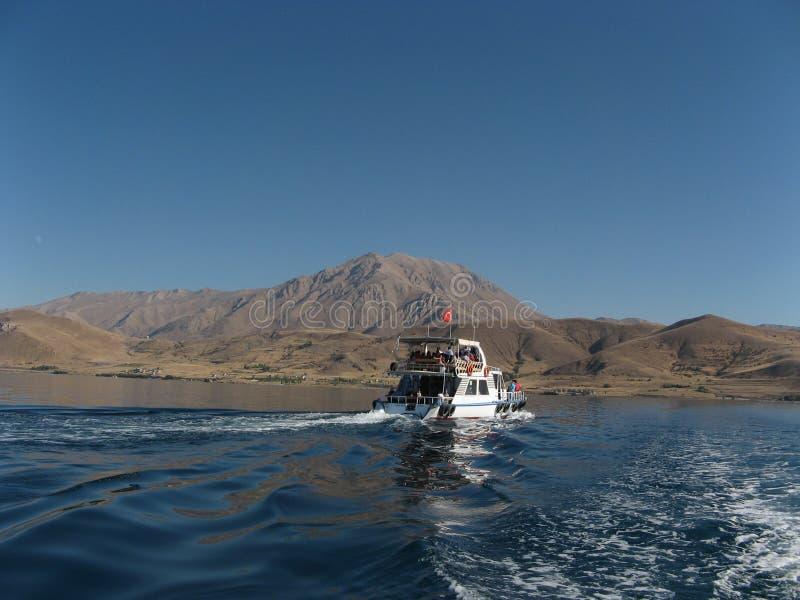 Fartyg i Van Lake, Turkiet fotografering för bildbyråer