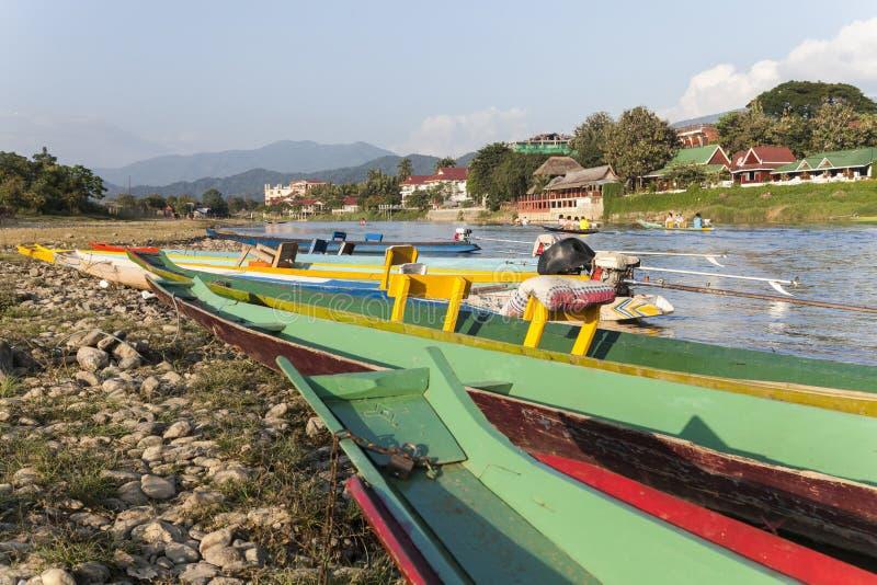 Fartyg i Vang Vieng fotografering för bildbyråer