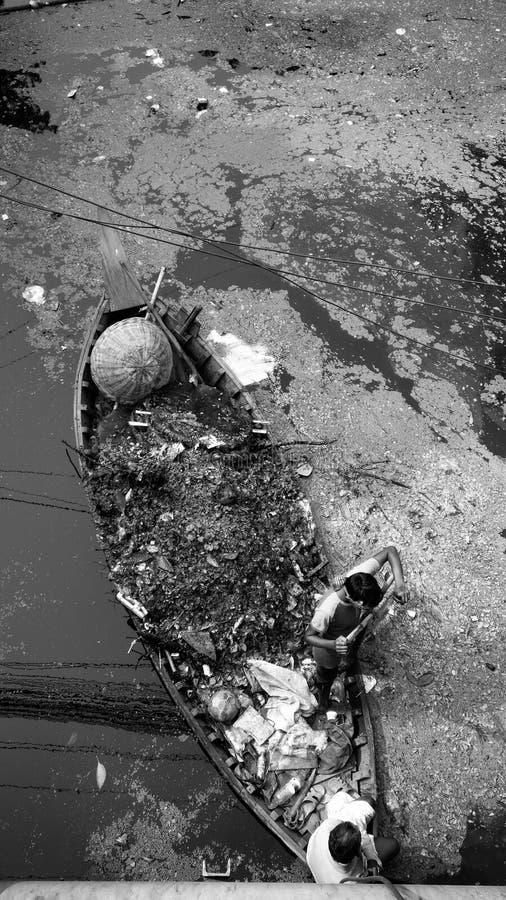 Fartyg med avskrädeförorening royaltyfri foto
