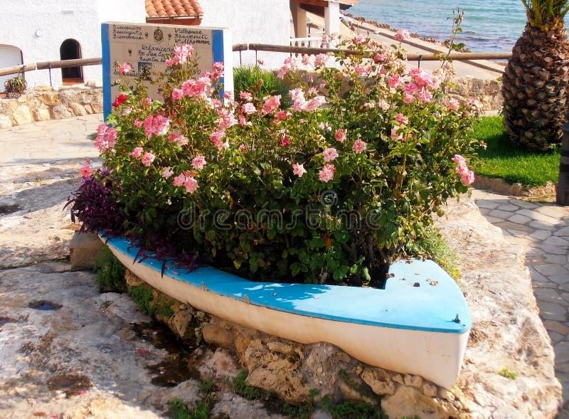 Fartyg med blommor arkivfoto