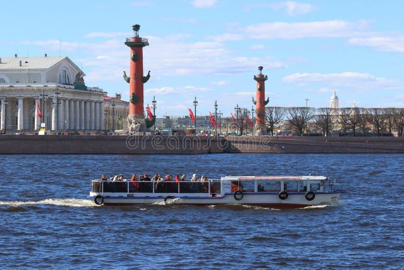 Fartyg med härlig arkitektur för turister av den historiska delen royaltyfri bild