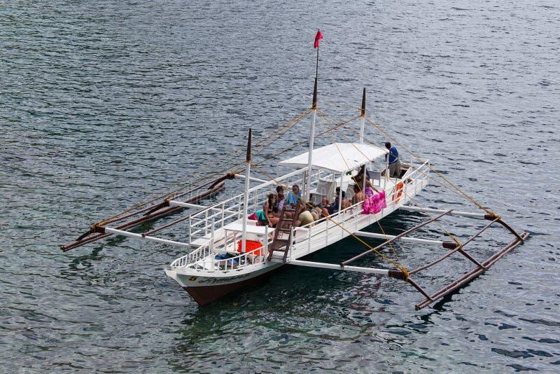 Fartyg med turister i havet El Nido, Philippines royaltyfri fotografi