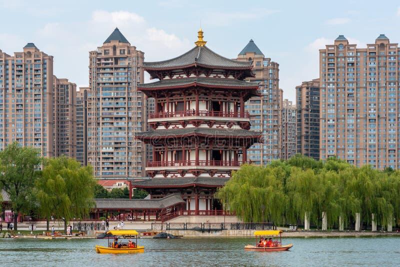Fartyg med turister på en sjö i XI 'en Tang Paradise royaltyfri foto