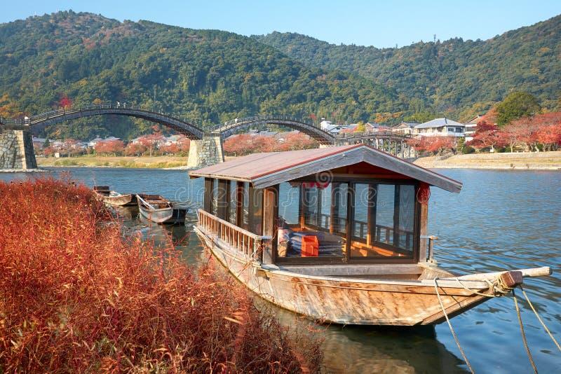 Fartyg och Kintai bro över den Nishiki floden i Iwakuni arkivbilder