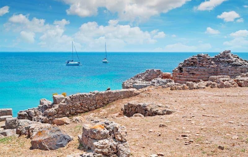 Fartyg och moln i Tharros royaltyfri foto