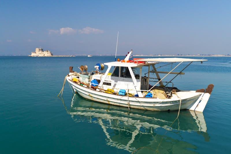 Fartyg- och mpourtzislott i Nafplio Grekland arkivfoton