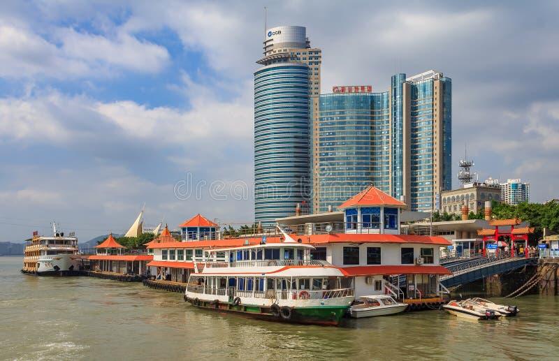 Fartyg och skyskrapor av stadshorisonten i Xiamen Kina royaltyfri fotografi