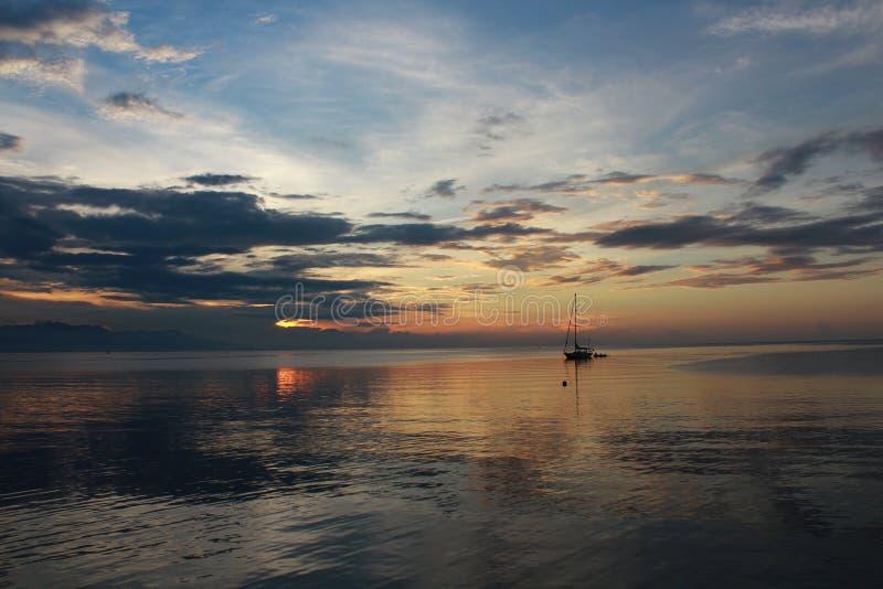 Fartyg och solnedgång royaltyfri foto