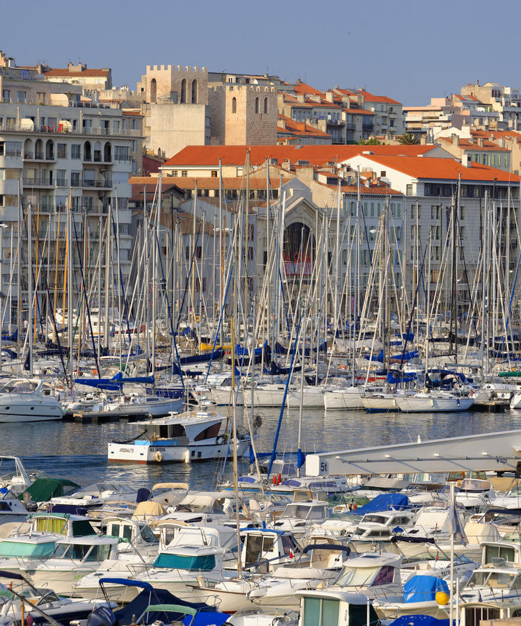 Fartyg och yachter i Vieux port arkivbilder