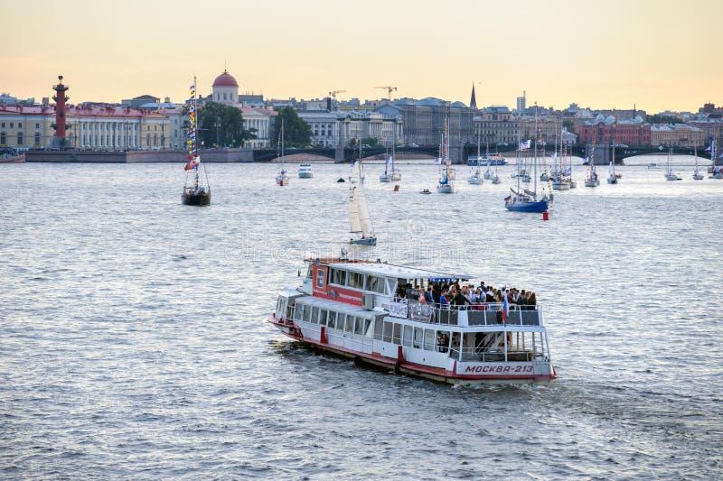 Fartyg och yachter på den Neva floden royaltyfria bilder