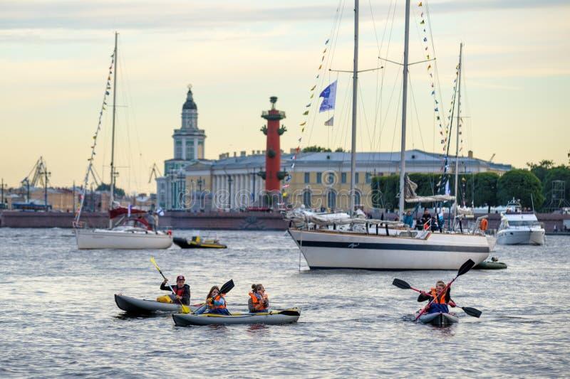 Fartyg och yachter på den Neva floden royaltyfri foto