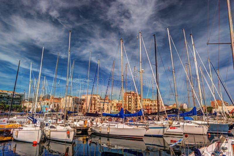 Fartyg och yachter som parkeras i La Cala, skäller, gammal port i Palermo arkivfoto