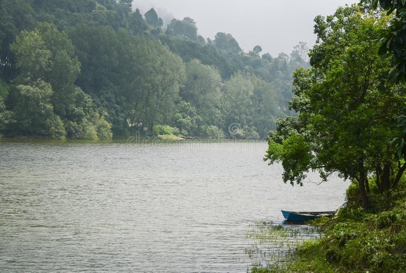 Fartyg på Bhimtal sjön, Nainital, Uttarakhand royaltyfri bild