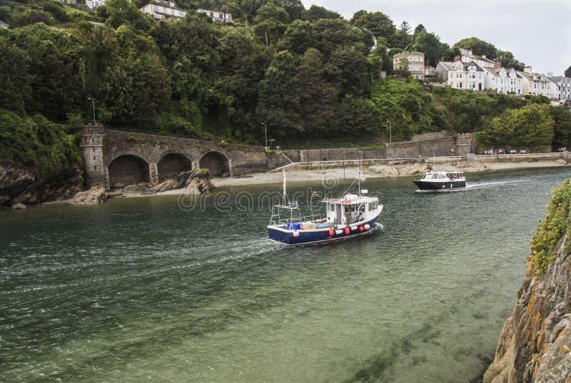 Fartyg på breda flodmynningen på Looe i Cornwall royaltyfria foton