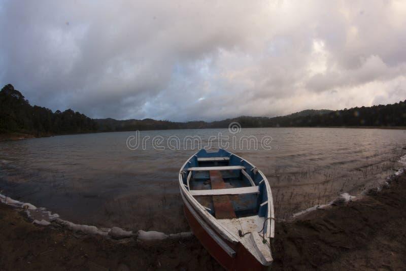 Fartyg på Chiapas sjön arkivbild