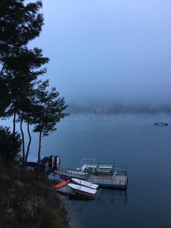 Fartyg på den dimmiga sjön arkivfoto