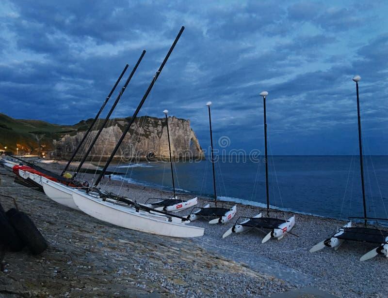 Fartyg på den Etretat stranden arkivfoto