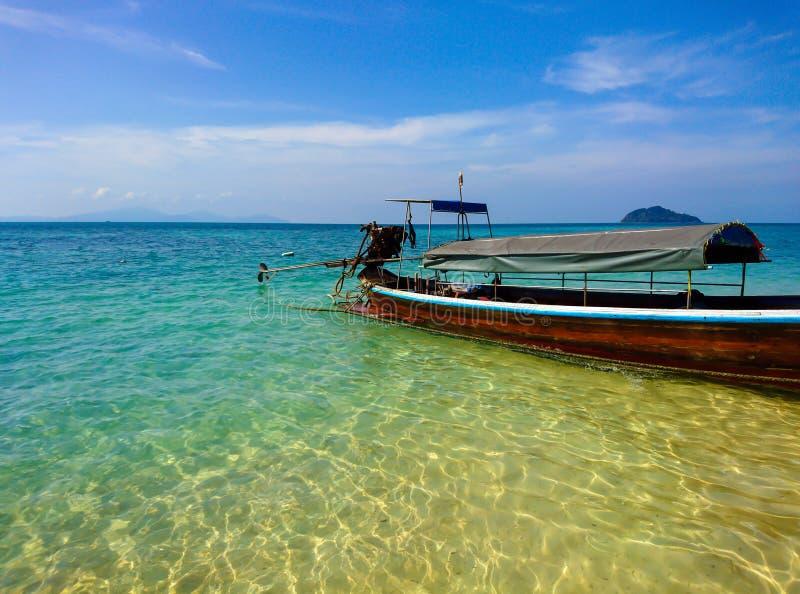 Fartyg på den Koh Bulone östranden, Satun royaltyfri fotografi
