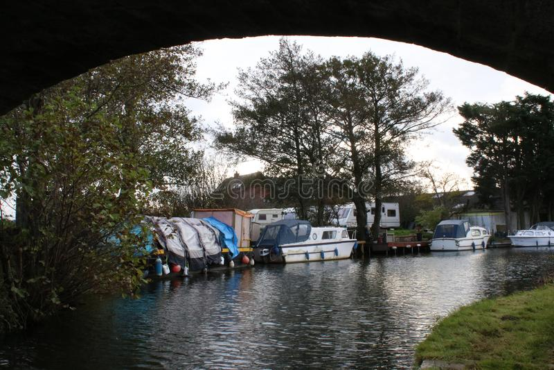 Fartyg på den Lancaster kanalen till och med båge av bron arkivfoto