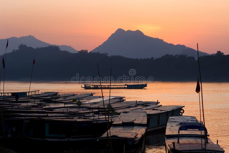 Fartyg på den mekong floden vid solnedgång arkivfoto