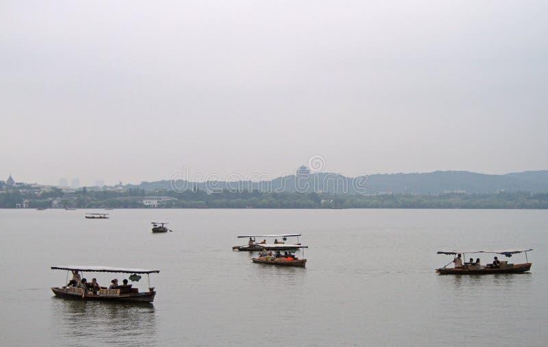 Fartyg på den västra sjön i Hangzhou arkivbild