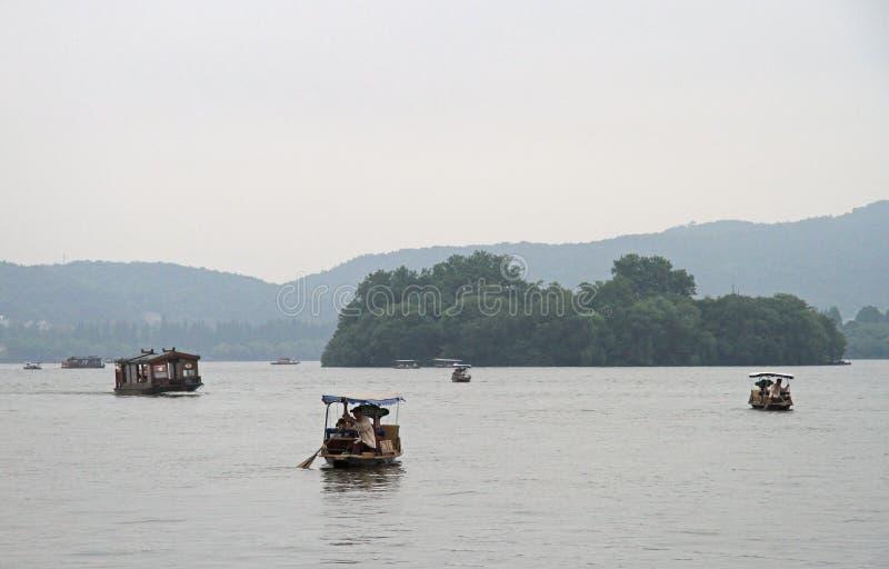 Fartyg på den västra sjön i Hangzhou royaltyfri bild