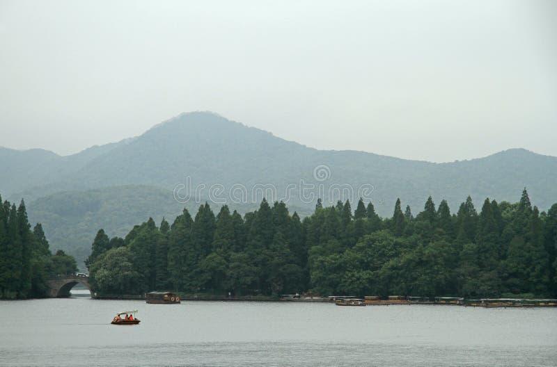 Fartyg på den västra sjön i Hangzhou royaltyfria bilder