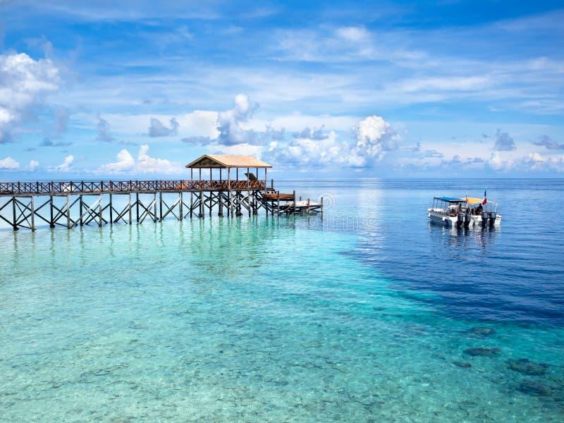 Fartyg på Dive Site i den Sipadan ön, Sabah, Malaysia arkivfoton
