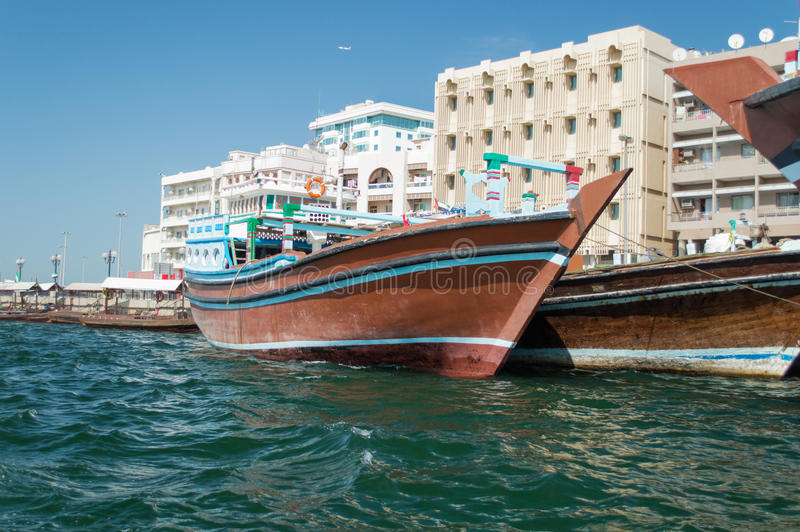 Fartyg på Dubai Creek arkivbild