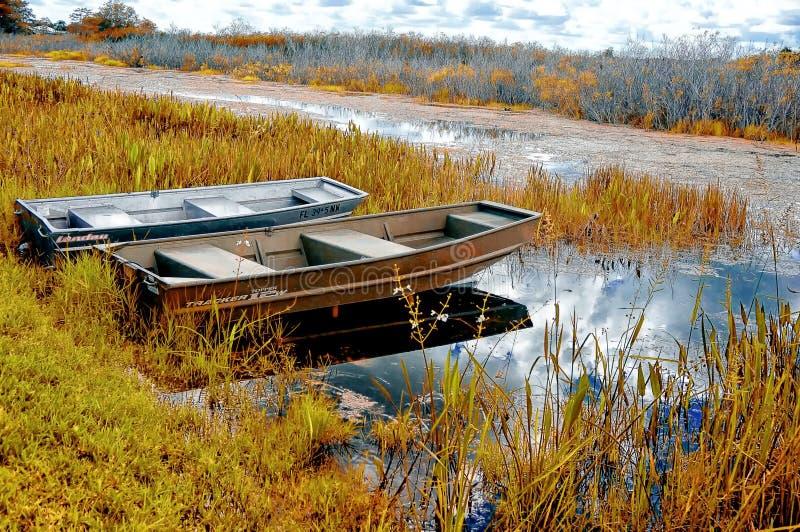 Fartyg på en flodkusthöst i träsken arkivfoto
